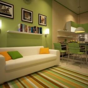 Разноцветные полоски на коврике перед диваном