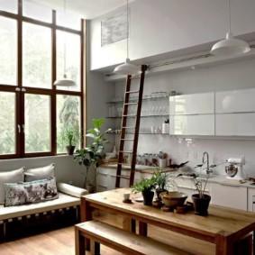 Приставная лестница в кухне с большим окном