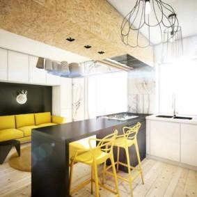 Желтые стулья на дощатом полу