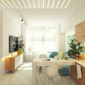 Яркое естественное освещение кухни-гостиной