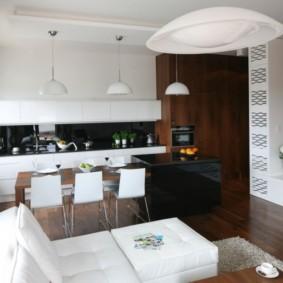 Белая мебель на темно-коричневом полу