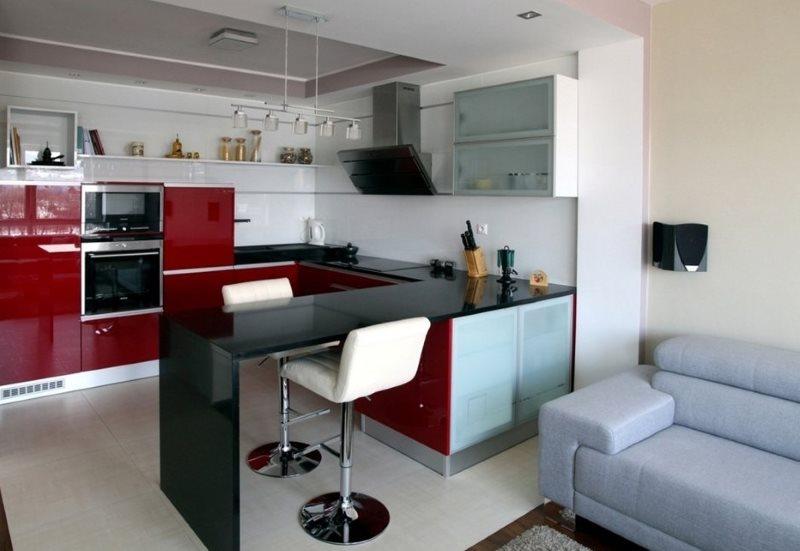 Черная барная стойка в кухне-гостиной