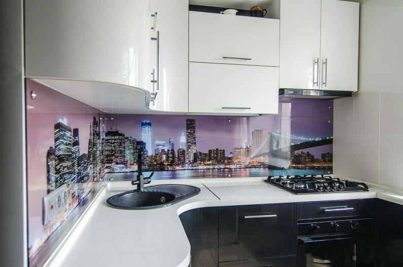 Угловая кухня в стиле хай-тек с фартуком из стекла