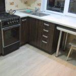 Светлый ламинат на полу кухни