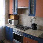 Черный чайник на кухонной столешнице