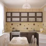 Полосатые обои на стене кухни в хрущевке