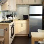 Рейлинг для полотенца на боковой плоскости кухонного шкафа