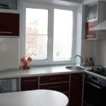 Мойка перед кухонным окном без занавесок
