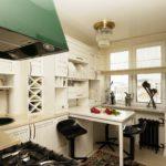 Встроенные светильники в нижней части кухонной вытяжки