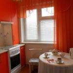 Красный тюль на кухонном окне