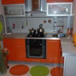 Угловой гарнитур с оранжевыми дверцами