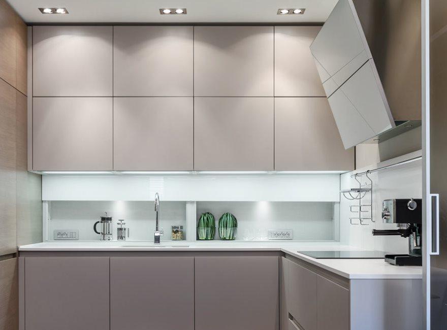 Кухонный гарнитур с фасадами без ручек в стиле модерн