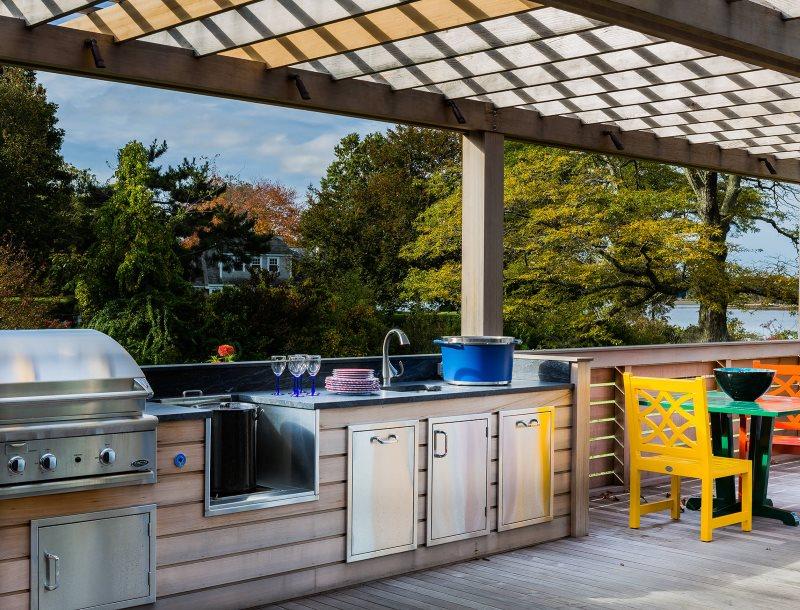 Открытая летняя кухня на террасе с перголой