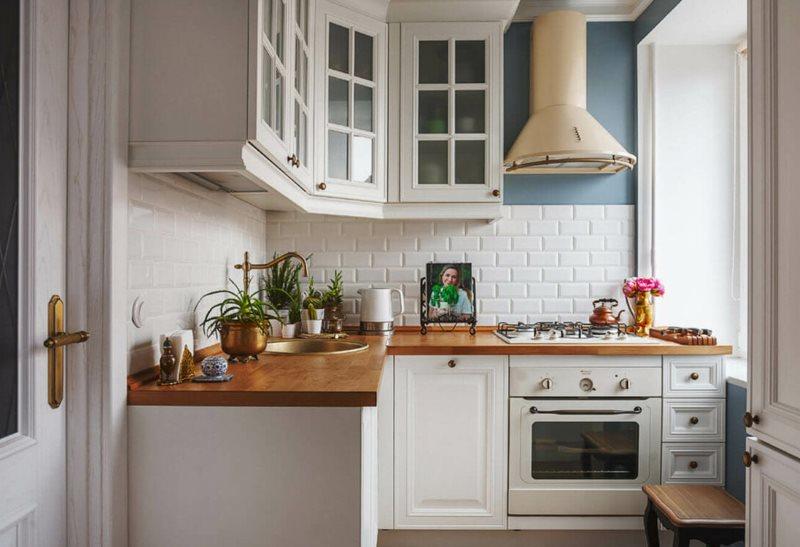 Угловая кухня в стиле прованс с деревянной столешницей