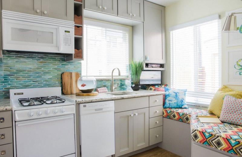 Кухня с диваном в частном доме