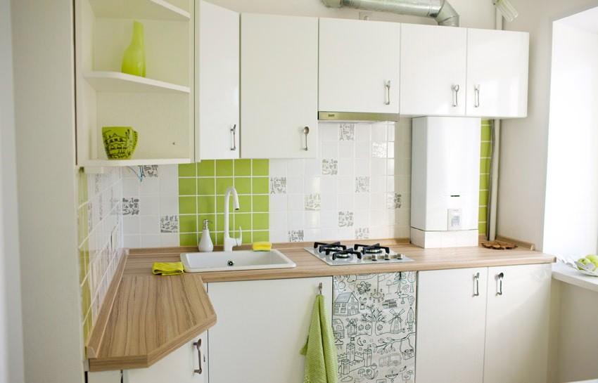 Белый гарнитур в кухне с газовой колонкой