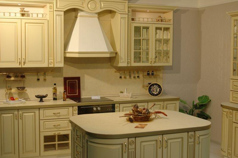 Купольная вытяжка в кухне с небольшим островом