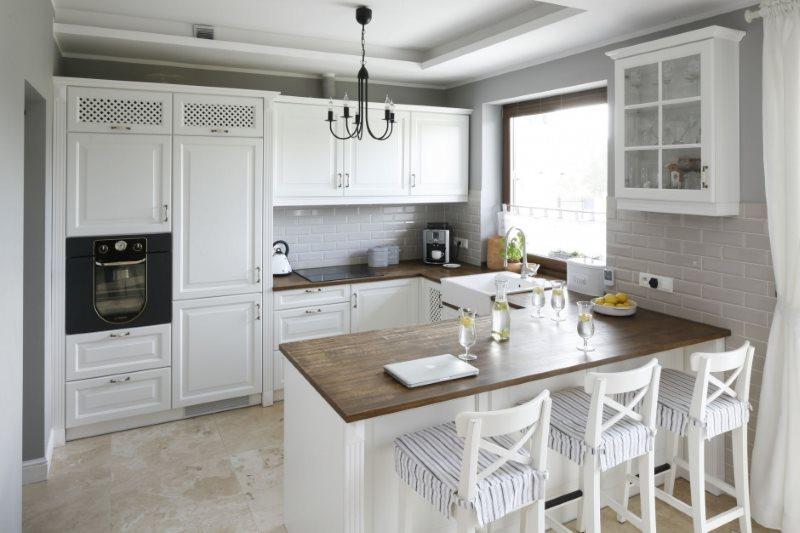 Деревянные столешницы кухни с белыми фасадами