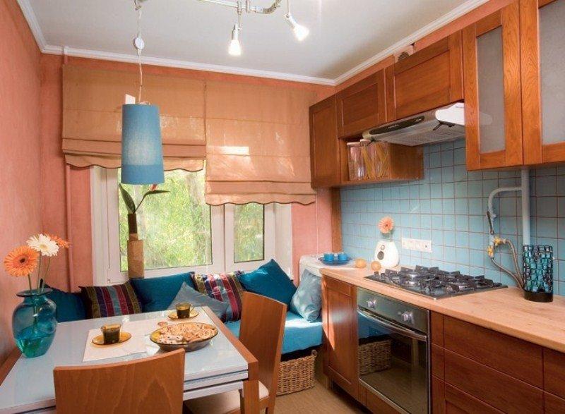 Кухня площадью 9 квадратов с прямым диваном