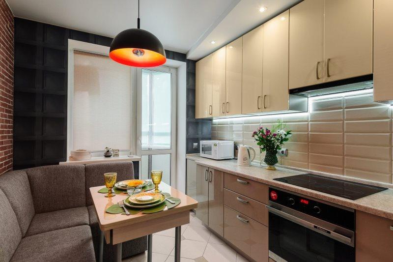 Линейный гарнитур в кухне с угловым диваном