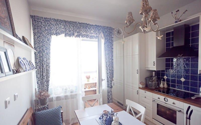 Оформление окна в кухне городской квартиры в старорусском стиле