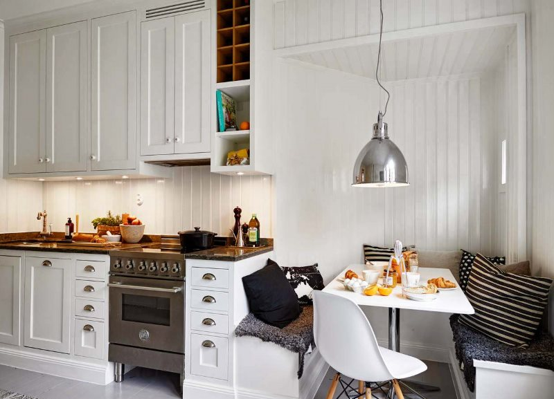 Обеденная зона кухни с удобными скамейками
