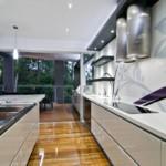 Просторная кухня с керамическим полом