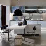 Черный плафон светильника в кухне с белой мебелью