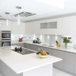 Г-образная кухня с белым островом