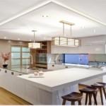 Подвесные светильники в интерьере просторной кухни