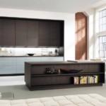 Темно-коричневая мебель в большой комнате