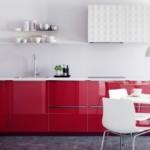 Красная мебель в кухне стиля минимализм