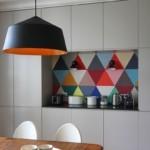 Яркий фартук на кухне в стиле минимализм