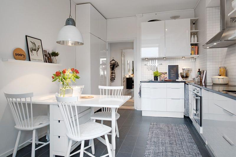 Складной стол белого цвета в скандинавской кухне