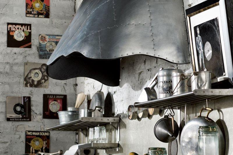 Купольная вытяжка на кухне в стиле лофт