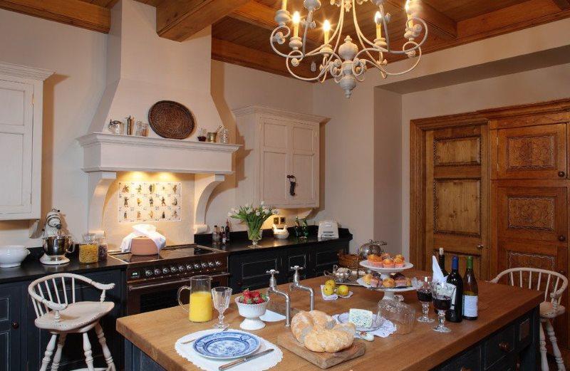 Деревянный стол на кухне в деревенском стиле
