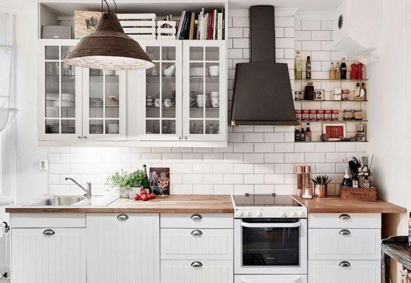 Темно-серая вытяжка в белой кухне