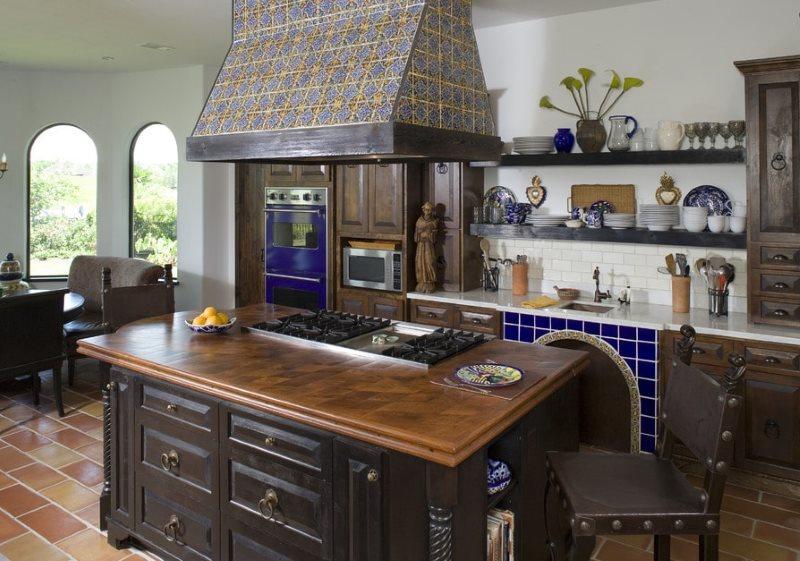 Открытые полки для посуды на кухне в средиземноморском стиле