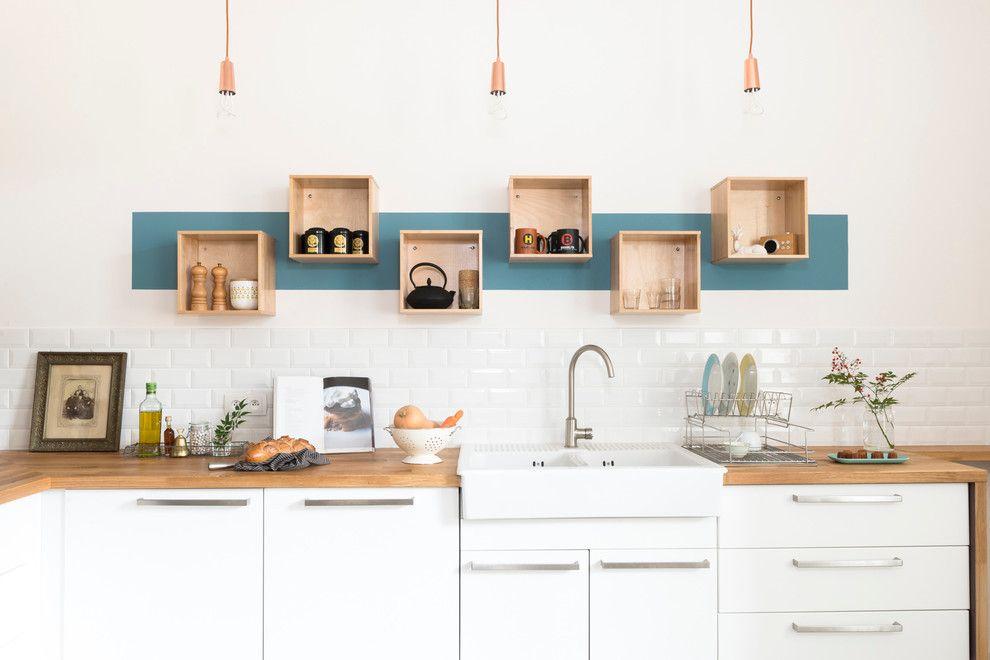 Квадратные полки из дерева на стене в рабочей зоне кухни