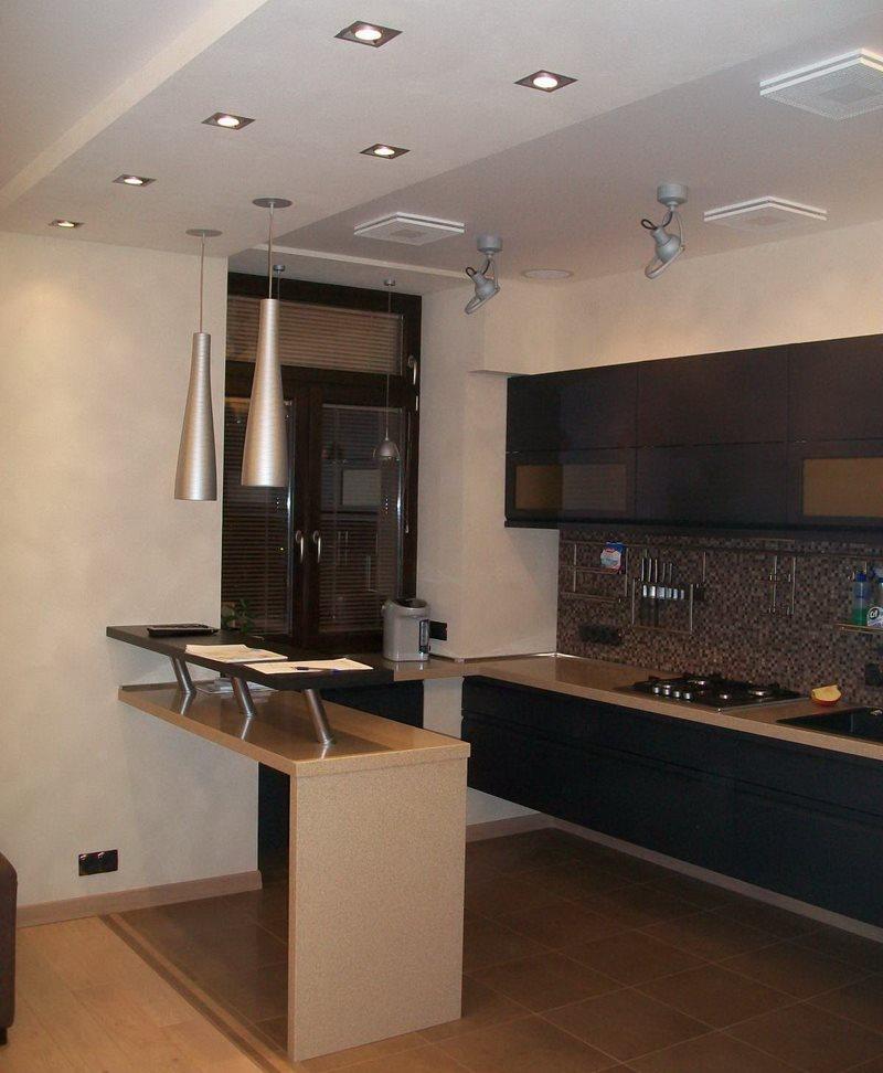Квадратные светильники на потолке кухни