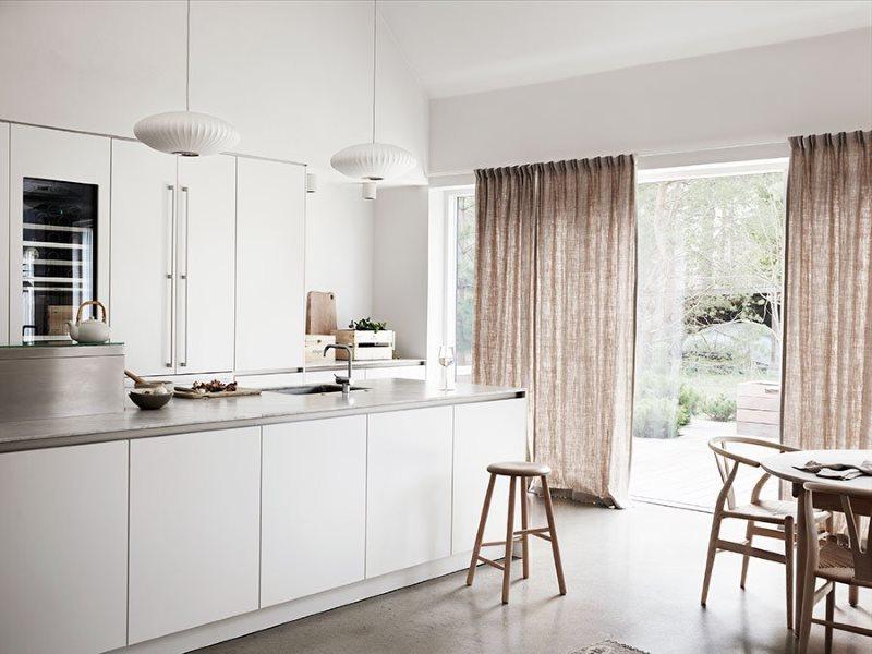 Простые занавески на панорамном окне кухни в стиле минимализма