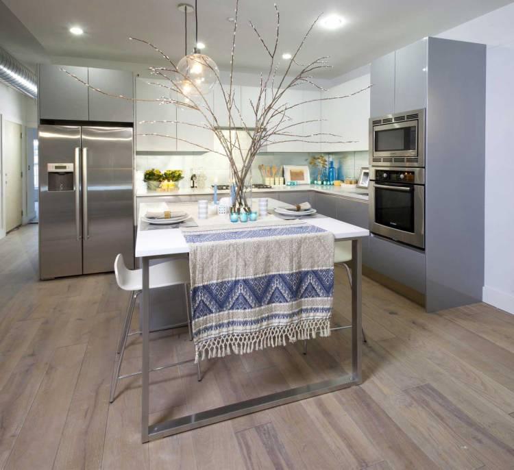 Ламинированный пол кухни с комбинированным гарнитуром