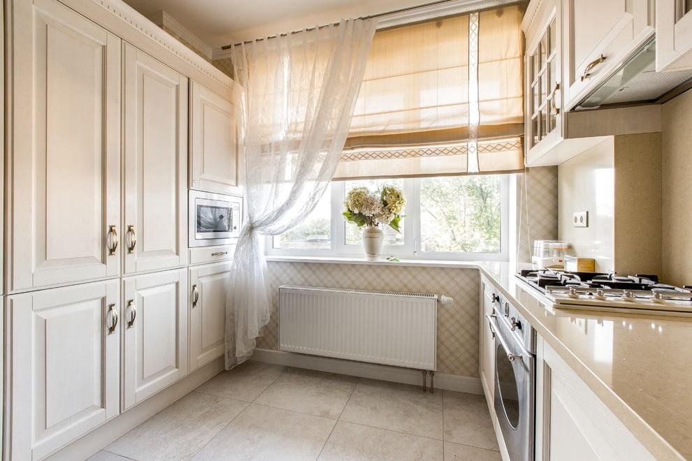 Легкие классические шторы на кухонном окне в панельном доме