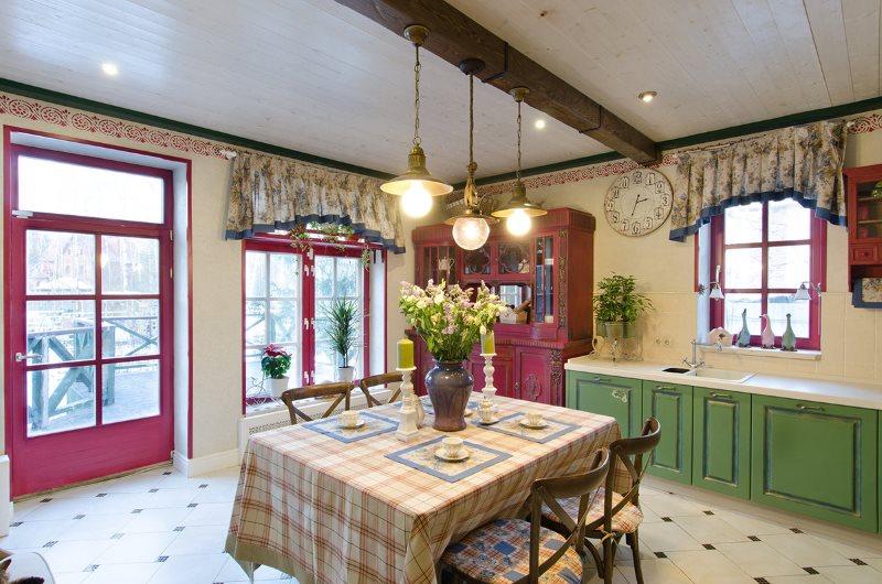 Обеденный стол в летней кухне закрытого типа