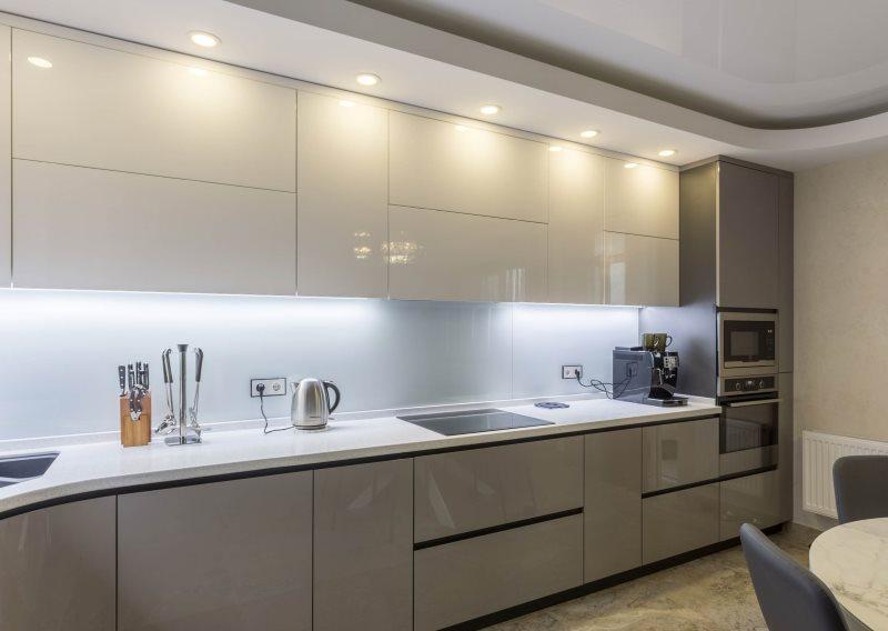 Кухонный гарнитур с глянцевыми фасадами кофейно-молочного цвета