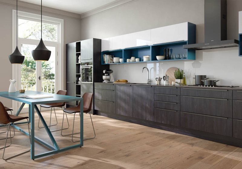 Линейный гарнитур серого цвета в кухне с большим окном