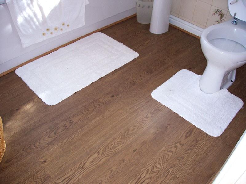 Белые коврике на полу из линолеума