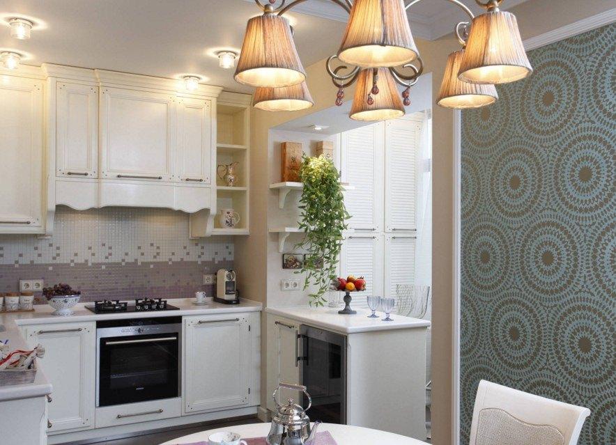 Люстра с тканевыми плафонами на потолке кухни