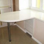 Небольшой столик как продолжение подоконника