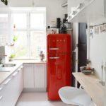Ретро холодильник красного цвета
